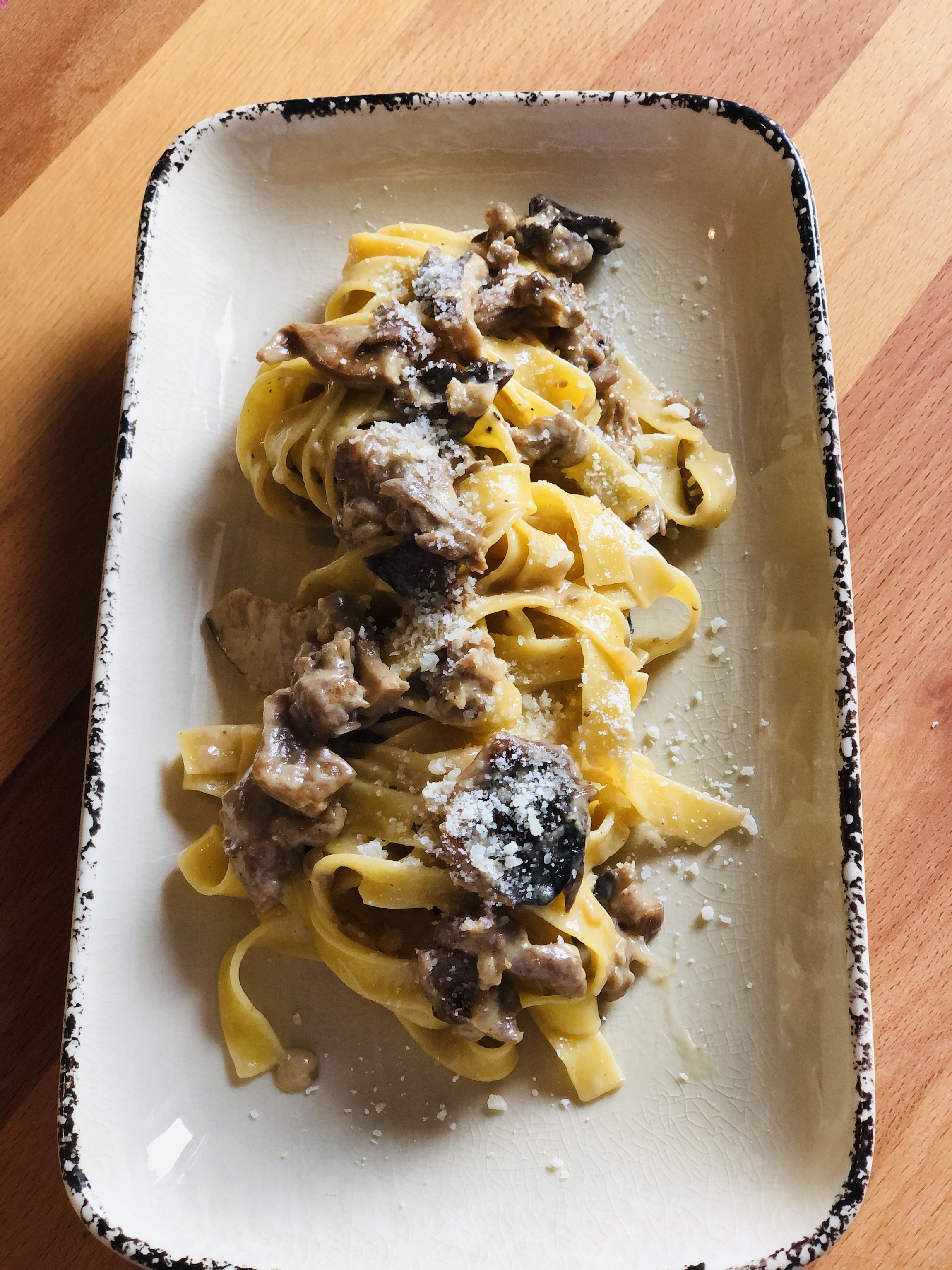 Pasta con hongos y chorizo italiano